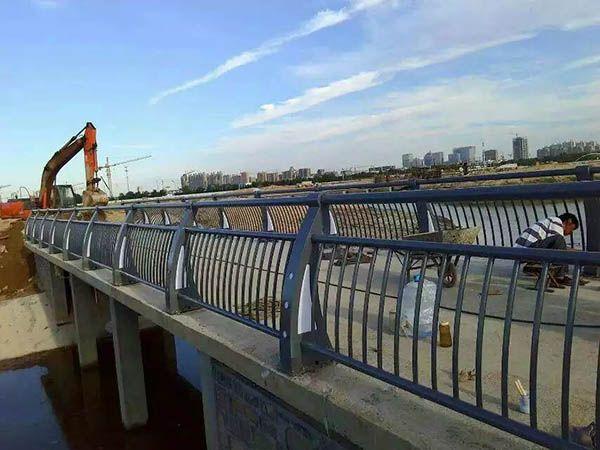 桥梁护栏安装多高合适